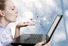детеныши женщины влюбленности компьтер-книжки компьютера Стоковая Фотография