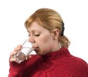 детеныши женщины воды выпивая стекла Стоковая Фотография