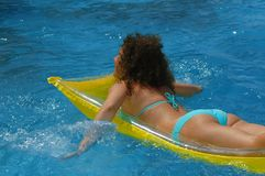 детеныши женщины воды заплывания бассеина Стоковое фото RF