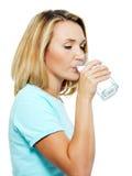 детеныши женщины воды пить стоковая фотография