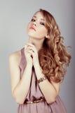 детеныши женщины волос стороны красотки Стоковое Изображение RF