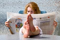 детеныши женщины газеты стоковая фотография rf