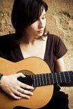 детеныши женщины гитары Стоковое фото RF