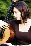 детеныши женщины гитары Стоковые Изображения RF