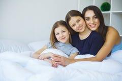 детеныши женщины девушки кровати лежа сь Стоковое Фото