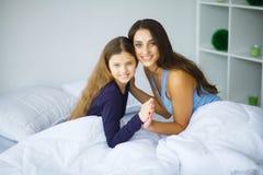 детеныши женщины девушки кровати лежа сь Стоковые Фотографии RF