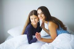 детеныши женщины девушки кровати лежа сь Стоковая Фотография RF
