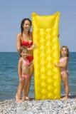 детеныши женщины девушок пляжа маленькие стоящие Стоковое Изображение RF