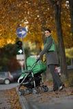 детеныши женщины детской дорожной коляски Стоковое фото RF