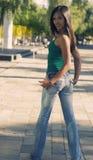 детеныши женщины джинсыов задней стороны Стоковое фото RF