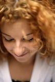 детеныши женщины закрытого redhead глаз счастливого застенчивые Стоковое Фото