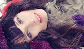 детеныши женщины зимы портрета Девушка красоты радостная модельная Стоковые Изображения