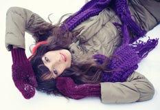 детеныши женщины зимы портрета Девушка красоты радостная модельная Стоковые Фотографии RF