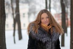 детеныши женщины зимы портрета парка Стоковая Фотография RF