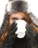 детеныши женщины зимы чая платья кофе выпивая Стоковое Изображение RF