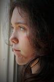 детеныши женщины злоупотреблением унылые стоковое фото