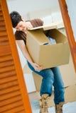 детеныши женщины картона коробки поднимаясь стоковая фотография