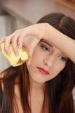 детеныши женщины картошки шелушения Стоковые Фотографии RF