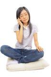 детеныши женщины китайского мобильного телефона говоря стоковые изображения