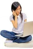 детеныши женщины китайского мобильного телефона говоря стоковые изображения rf