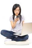 детеныши женщины китайского мобильного телефона говоря стоковое изображение