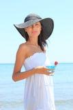 детеныши женщины коктеила пляжа Стоковые Фотографии RF