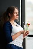 детеныши женщины коктеила Стоковая Фотография RF