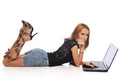 детеныши женщины компьтер-книжки Стоковая Фотография RF