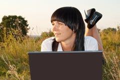 детеныши женщины компьютера напольные милые стоковое фото