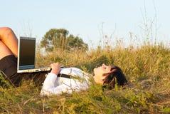 детеныши женщины компьютера напольные милые стоковое изображение