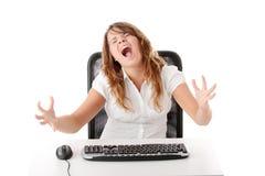 детеныши женщины компьютера работая Стоковые Фото