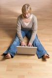 детеныши женщины компьютера стоковое фото
