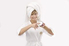 детеныши женщины коробки cream стоковая фотография