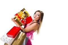 детеныши женщины коробок ходя по магазинам удивленные Стоковые Изображения RF