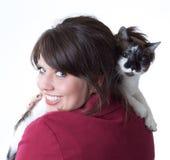 детеныши женщины кота изолированные удерживанием Стоковые Фото