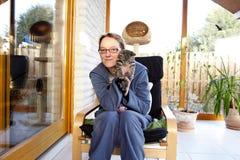 детеныши женщины котенка удерживания Стоковые Изображения