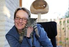 детеныши женщины котенка удерживания Стоковые Изображения RF