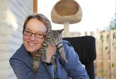 детеныши женщины котенка удерживания Стоковое Фото