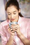детеныши женщины кофе выпивая Стоковые Фотографии RF