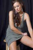 детеныши женщины красивейшего брюнет сидя Стоковое Изображение