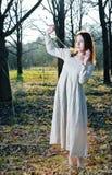 детеныши женщины красивейшего платья длинние стоковая фотография rf