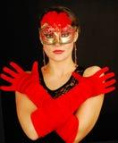 детеныши женщины красивейшего портрета маски красные нося стоковые фото