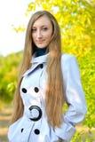детеныши женщины красивейшего портрета outdoors гуляя Стоковые Изображения RF