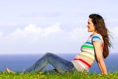 детеныши женщины красивейшей травы ослабляя Стоковые Фотографии RF