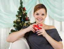 детеныши женщины красивейшей чашки красные стоковая фотография rf