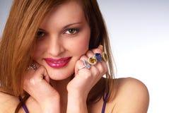 детеныши женщины красивейших ювелирных изделий роскошные стоковые изображения