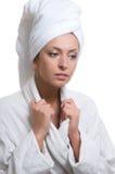 детеныши женщины красотки bathrobe Стоковое Изображение