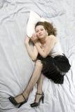 детеныши женщины кровати вниз лежа унылые Стоковые Фотографии RF