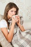 детеныши женщины кровати выпивая Стоковое Фото