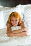 детеныши женщины кровати милые Стоковое фото RF
